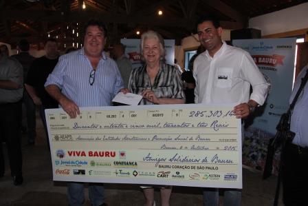 Entrega dos chegues Festa do sanduiche Bauru Silvio Andreoli, Maria Rita Maringomi e Silas Silva Jr